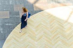 Fond abstrait de tache floue dans le chiffre de mouvement d'une jeune femme Photos stock