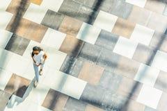 Fond abstrait de tache floue dans le chiffre de mouvement d'une jeune femme de couleur Images stock