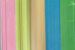 Fond abstrait des bandes de papier multicolores La texture du papier photos stock