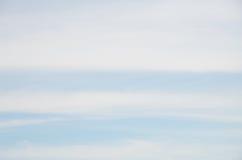 Fond abstrait des nuages blancs de rayures larges sur le ciel bleu Images libres de droits