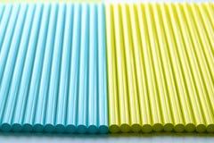 Fond abstrait des tubes colorés de cocktail Images stock
