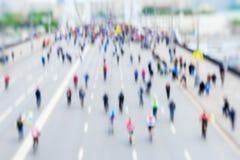 Fond abstrait du groupe coloré de cyclistes au centre de la ville, marathon de vélo, effet de tache floue, visages méconnaissable photos libres de droits