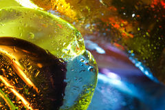 fond abstrait. Gouttes de l'eau en verre. Photos stock