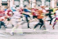 Fond abstrait multicolore du groupe d'athlètes courants sur la rue, marathon de ville, effet de tache floue, méconnaissable photos stock