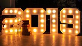 Fond abstrait pendant l'année neuve Les schémas 2019 se composent des ampoules lumineuses Boîte-cadeau dans l'avant photographie stock