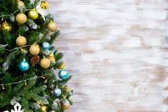 Fond abstrait pendant l'année neuve Une partie de l'arbre de Noël avec des jouets Copiez l'espace image stock