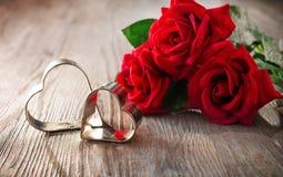 Fond abstrait pour le jour de valentines avec les roses rouges et deux coeurs images libres de droits