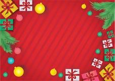 Fond abstrait rouge avec les boîte-cadeau colorés et les messages escomptés de produit pendant la nouvelle année photos libres de droits