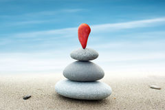 Fond abstrait simple des pierres rouges et grises disposées Photo libre de droits