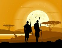 Fond africain La savane africaine Silhouettes des chasseurs, des arbres, des animaux et de la lune Image stock