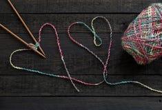 Fond, aiguille de tricotage et fil tricotés Images libres de droits
