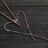 Fond, aiguille de tricotage et fil tricotés Image libre de droits