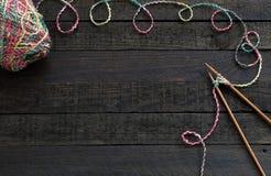 Fond, aiguille de tricotage et fil tricotés Photo libre de droits