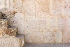 Fond antique de pierre de mur avec l'escalier Photo libre de droits