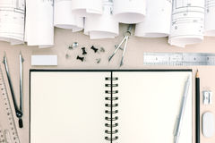 Fond architectural avec des rouleaux de modèles et d'outils de travail Photographie stock libre de droits