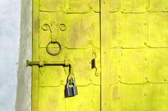 Fond architectural grunge - porte en acier jaune lumineuse âgée Photographie stock libre de droits
