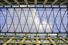 Fond architectural la structure interne de la voûte en verre du toit Image stock