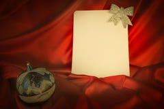 fond Ardent-rouge pour des félicitations sur Noël et le nouveau YE Photographie stock