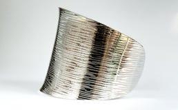 Fond argenté brillant de blanc de bracelet Images stock