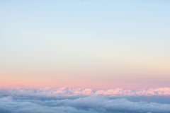 Fond : au-dessus des nuages sur le beau ciel de coucher du soleil Image stock