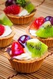 Fond au goût âpre et en bois de mini fruit Photos libres de droits