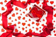 Fond au jour du ` s de Valentine ou à l'événement romantique coeur dans le boîte-cadeau dans la perspective des coeurs Photos stock