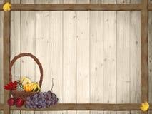 Fond automnal avec les planches et le panier en bois de thanksgiving Photographie stock libre de droits
