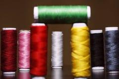 Fond avec beaucoup de bobines colorées avec des fils Des bobines sont empilées dans trois rangées, une de l'autre L'enroulement e Image libre de droits