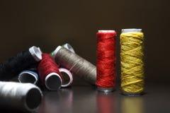 Fond avec beaucoup de bobines colorées avec des fils Des bobines sont empilées dans trois rangées, une de l'autre L'enroulement e Image stock