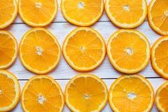 Fond avec des agrumes des parts oranges Plan rapproché Brosse à dents Photos stock