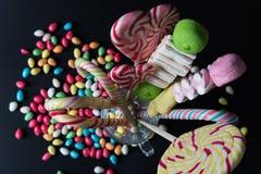 Fond avec des bonbons et des lolipops Images stock