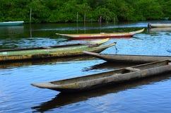 fond avec des canoës sur la rivière photographie stock libre de droits