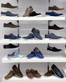 Fond avec des chaussures sur des étagères de boutique Images libres de droits