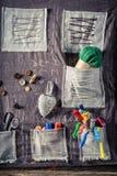 Fond avec des ciseaux, des boutons et des fils dans l'atelier de tailleur Photos stock