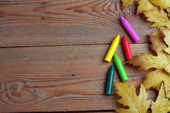 Fond avec des crayons et des feuilles d'érable Photo libre de droits