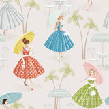 Fond avec des femmes marchant avec des parasols Photos libres de droits