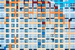 Fond avec des fenêtres sur un mur coloré Images libres de droits
