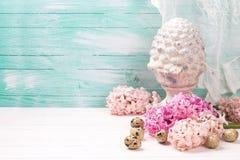 Fond avec des fleurs de jacinthes, des oeufs de pâques et t décoratif Photos stock