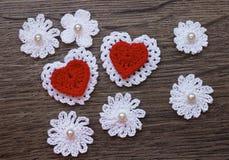 Fond avec des fleurs et des coeurs de dentelle de crochet Photos stock