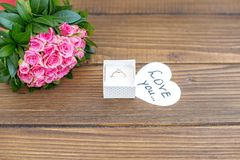 Fond avec des fleurs et un anneau comme cadeau Le concept de Val Photos stock