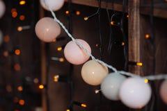 Fond avec des lumières de Noël et des boules décoratives Images stock