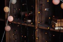Fond avec des lumières de Noël et de vieux livres Image stock