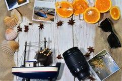 Fond avec des motifs et des accessoires d'été Photographie stock