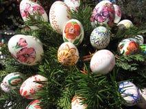 Fond avec des oeufs de pâques décorés par des enfants photos stock