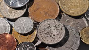 Fond avec des pièces de monnaie en métal de différents pays Photos stock