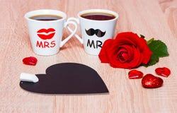 Fond avec deux tasses de café, coeurs, tableau et fleur rose Photos libres de droits