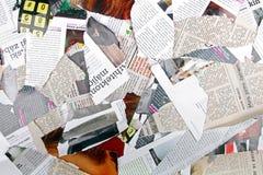 Fond avec différents journaux et magazines déchirés Photographie stock libre de droits