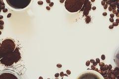 Fond avec du café assorti : tasses d'expresso, de grains de café, de poudre et de capsules Image stock