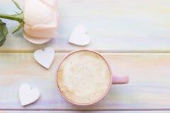 Fond avec du café et une rose Photo stock