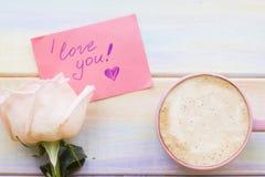 Fond avec du café et une rose Photos stock